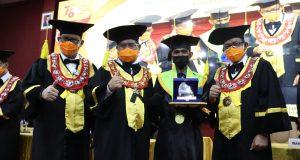 Wisudawan terbaik Fakultas Ilmu Sosial (FIS), Makmur di Wisuda UNM periode Agustus, Selasa (10/8). Foto-Fahmi Wardani