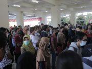 Suasana peserta vaksinasi kemerdekaan yang sedang menunggu antrian di UNM (8/8). (Foto: Ahmad Husen-Profesi).