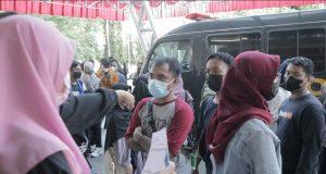 Ket: Peserta Vaksin Saat Mengantri (Foto: Ahmad Husen - Profesi)