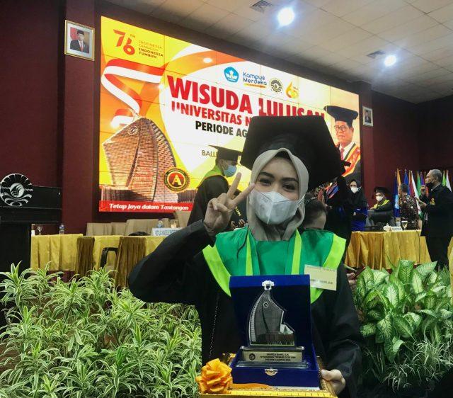 Wisudawan terbaik FEB UNM, Sarmila Bahri. (Foto: Sumaya Nursyahida)