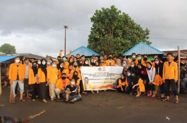 Mahasiswa KKN UNM menggelar aksi bersih di Pantai Tanjung Bayang. Foto-Ist