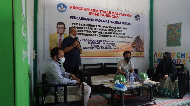 Dekan FEB saat melakukan sosialisasi pada Program Kemitraan Masyarakat. (Foto: Ist).