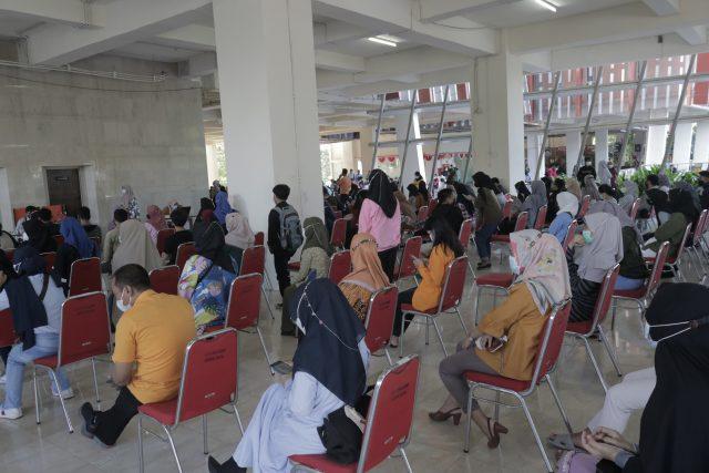 Suasana Vaksinasi gratis di pelataran menara Pinisi UNM (1/9). (Foto: Ahmad Husen-Profesi).