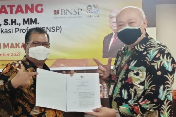 Rektor UNM Husain Syam menerima SK Lisensi dari Ketua BNSP, Kunjung Masehat, Selasa (21/9). (Foto: Ist)
