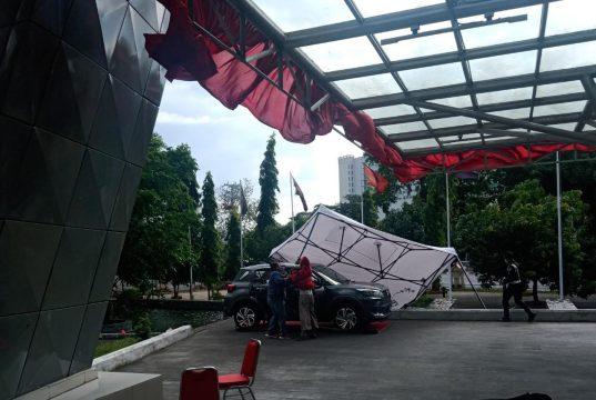 Angin kencang terjang pinisi, tenda vaksinasi ambruk dan timpa mobil. Rabu (2/9) - (Foto: Resky Nurhalizah - Profesi)