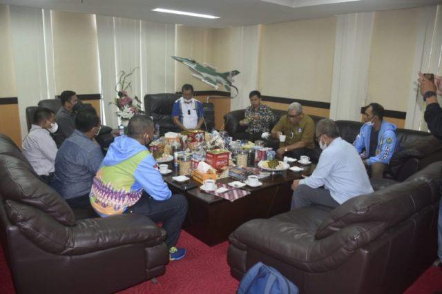 Rektor UNM saat menerima kunjungan audiensi pengurus Persatuan Bulu Tangkis Seluruh Indonesia (PBSI) Sulawesi Selatan di Ruangan Rektor, Gedung Menara Pinisi. Selasa (14/9). (Foto: Ist.)