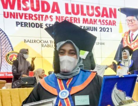 Wisudawan terbaik Program Pascasarjana (PPs), Dwina di Wisuda UNM Periode September, Rabu (29/9). Foto: (Firah-Profesi).