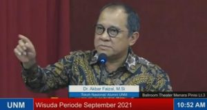 Akbar Faizal Membawakan Pidato dalam Wisuda Periode September 2021, (Foto: Int).